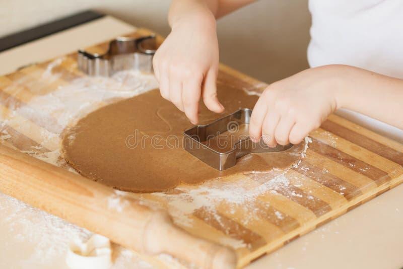 Classe principale pour des enfants sur des biscuits de Noël de cuisson Jeune chi image stock