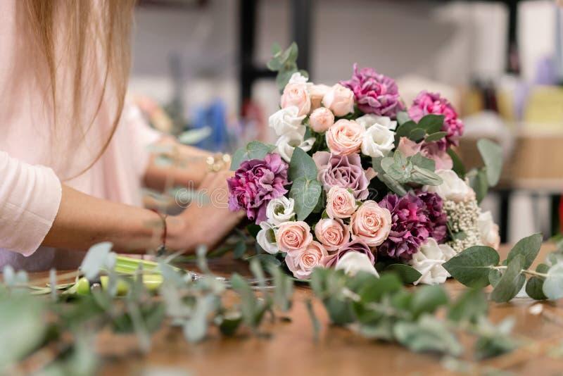 Classe principale sur faire des bouquets Bouquet de source Apprenant l'arrangement de fleur, faisant de beaux bouquets avec vos p images stock