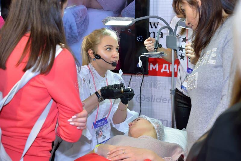 Classe principale sur le maquillage permanent de l'académie de la conception de regard photos libres de droits
