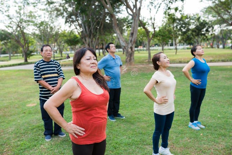 Classe publique de yoga images stock