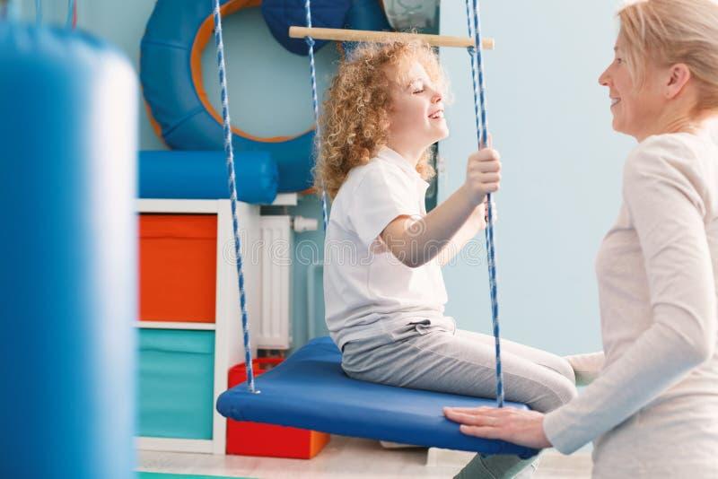 Classe sensoriale di integrazione con il fisioterapista immagini stock libere da diritti