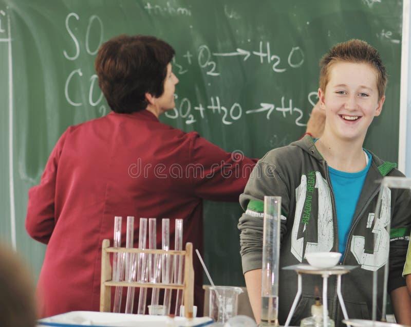 Download Classees επιστήμης και χημείας στο σχολείο Στοκ Εικόνες - εικόνα από παιδαγωγική, εκπαίδευση: 17059460