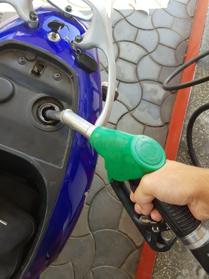 Classement vers le haut du réservoir de gaz de scooter avec l'essence image stock