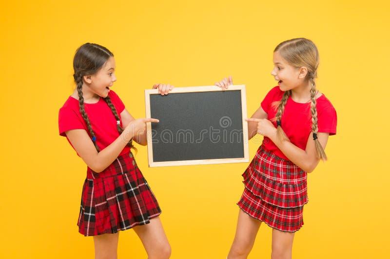 Classes Cheerleading Equipe da iniciativa dos colegas Junte-se ao clube da escola A comunidade dos alunos Programa??o da escola M fotos de stock
