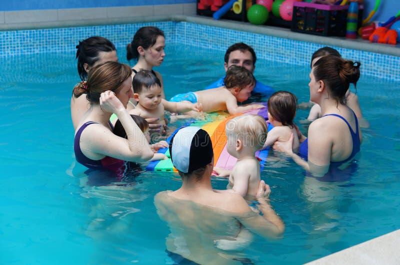 Classes da natação do bebê imagem de stock royalty free