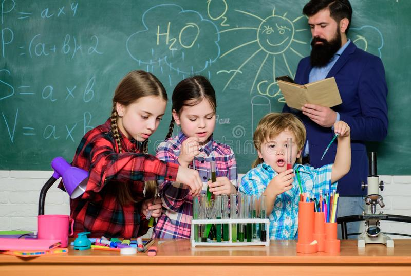 Classi di chimica Interazione e comunicazione del gruppo Promuova gli interessi scientifici Conoscenza pratica Bambini d'istruzio fotografia stock
