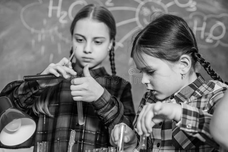 Classi di scuola Amici adorabili dei bambini divertendosi a scuola Concetto del laboratorio di chimica della scuola Insegnante ba immagini stock