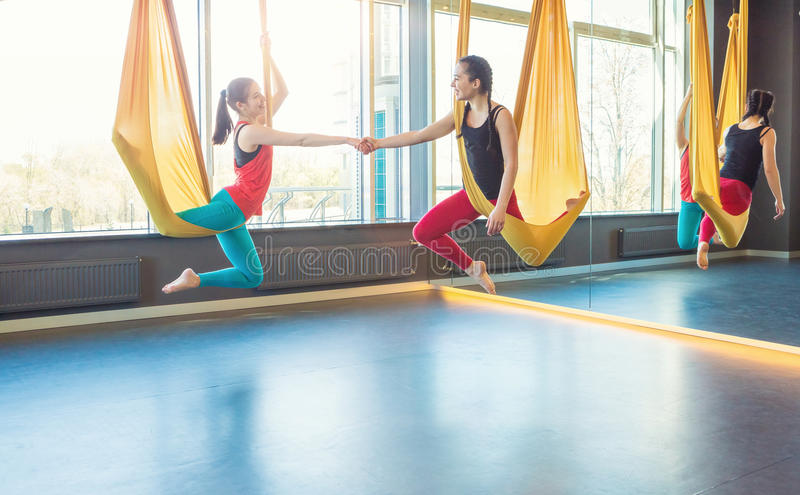 Classi di yoga della mosca dell'aria fotografia stock