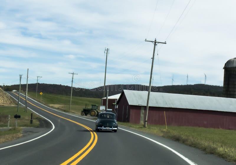 Classica auto, fattoria, trattore e strada America fotografia stock