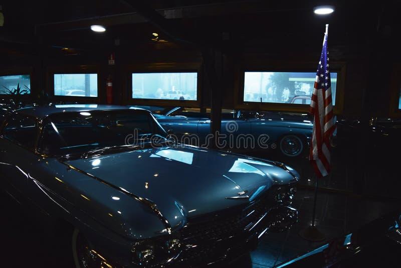 Classica Chevrolet Car Grigio Vicino Alla Bandiera Degli Stati Uniti fotografia stock