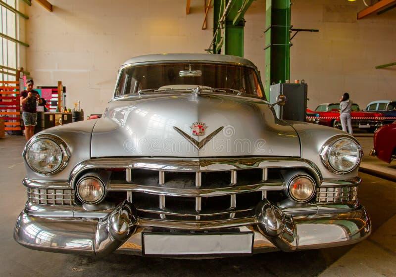 Classical American Vintage car 1950 Cadillac Limousine Vista frontal fotos de stock