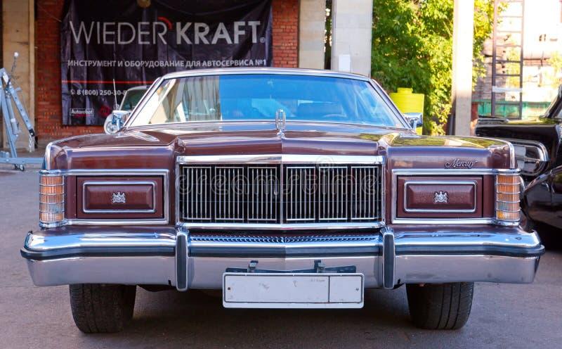 Classical American Vintage car Mercury Marquis Brougham Hardtop 1978 com 2 portas Vista frontal imagem de stock royalty free