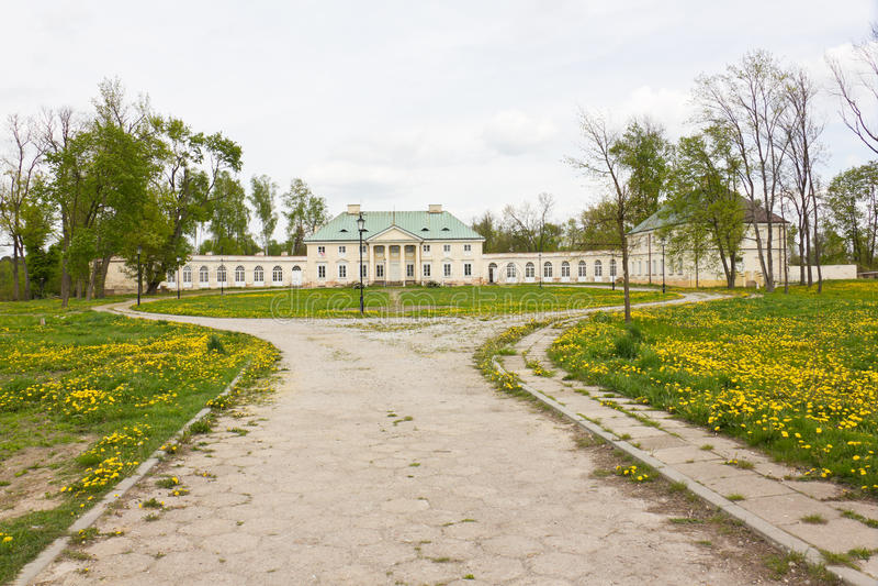 Classicistslott i Bialaczow, Polen arkivbild