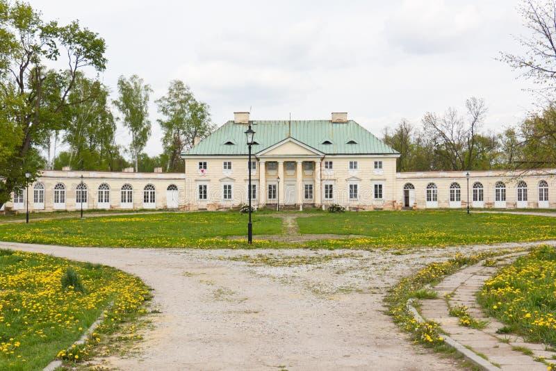 Classicistslott i Bialaczow, Polen arkivfoton