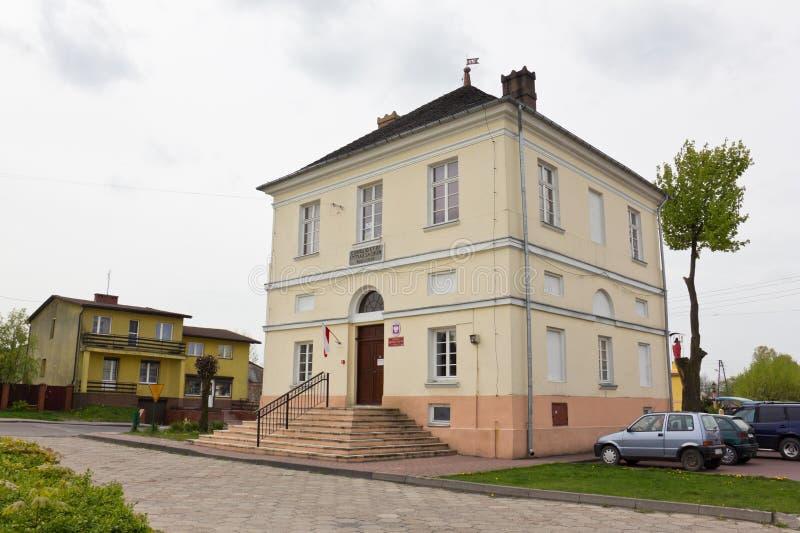 Classiciststadshus i Bialaczow, Polen arkivfoto