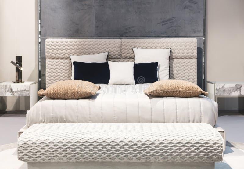 Classico interno della camera da letto beige grigio e blu, interno di una camera da letto con cuscini fotografie stock libere da diritti