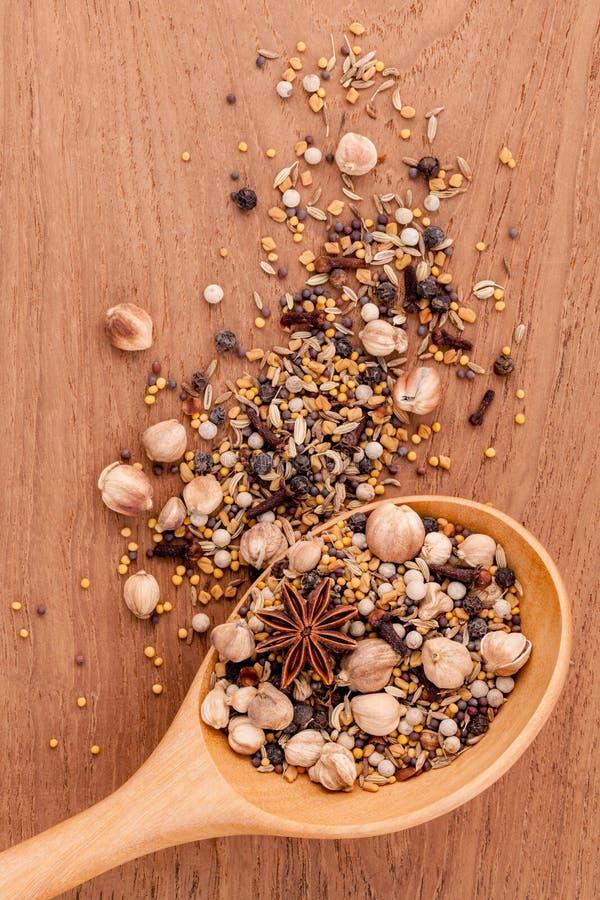 Classificado das especiarias na pimenta preta da colher de madeira, pimenta branca, imagens de stock