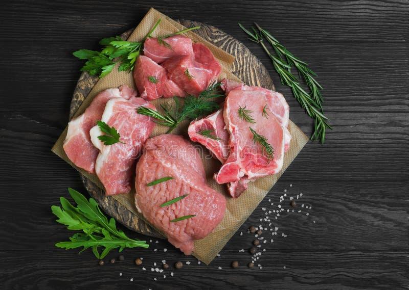 Classificado dos cortes e da carne vermelha fresca crua das parcelas imagens de stock