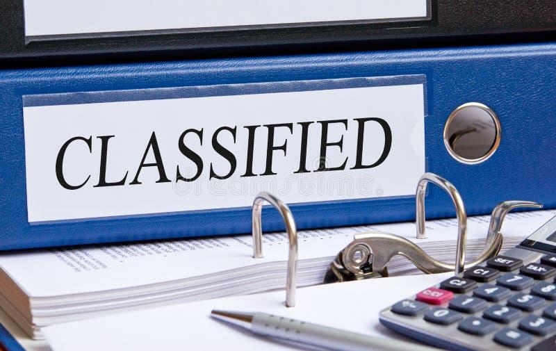 Classificado - pasta azul com texto na mesa no escritório imagens de stock