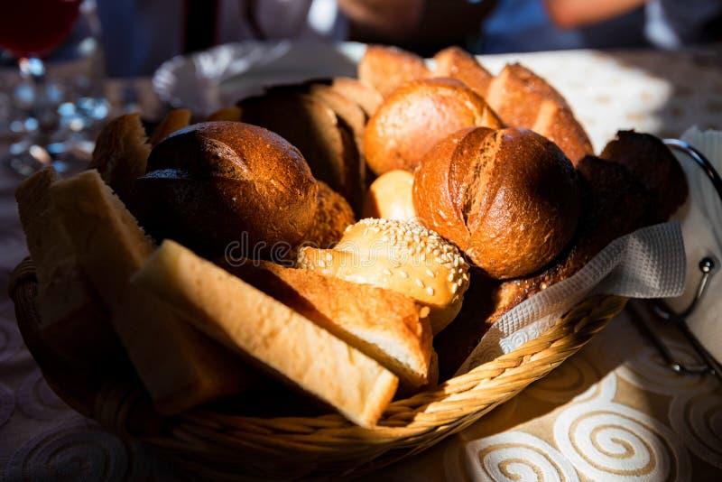 Classificou o pão fresco na opinião próxima da cesta fotografia de stock royalty free