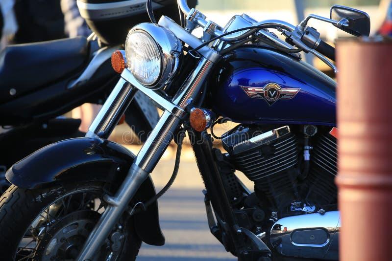 Classique de Kawasaki VN400C Vulcan 400 de moto une soirée ensoleillée Vue gauche, fin  photographie stock libre de droits