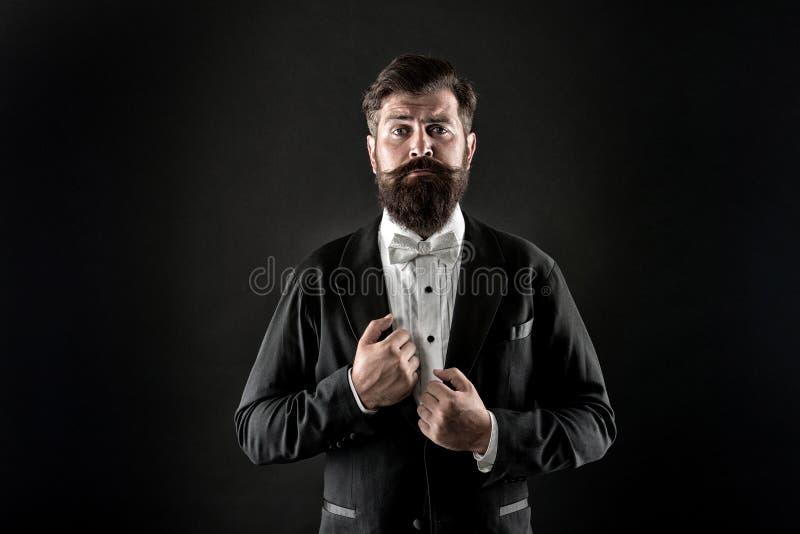 Classy są bardziej stylowe Stylowe czarne tło pana młodego Brodaty mężczyzna wyglądający stylowo Moda i styl Prom i obraz stock