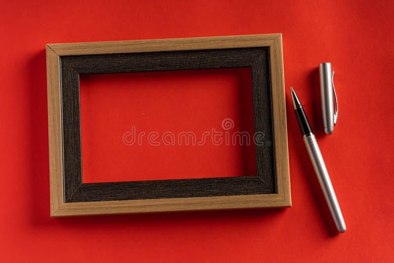Classy srebrny pióro na czerwonym tle obraz stock