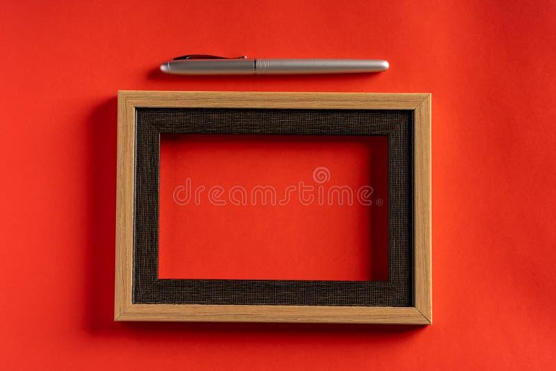 Classy srebrny pióro na czerwonym tle obraz royalty free