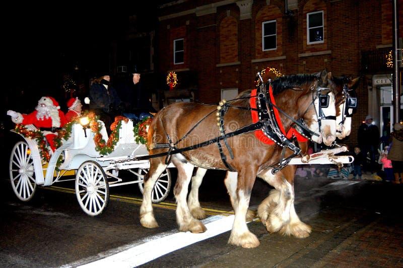 claus mrs santa Claus Riding i en vagn arkivfoto