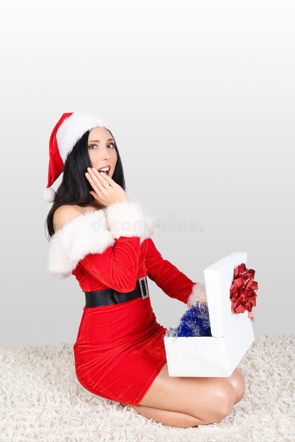 claus santa Девушка одетая как Санта Клаус получает подарок на рождество Подарок на рождество для девушки стоковые фото