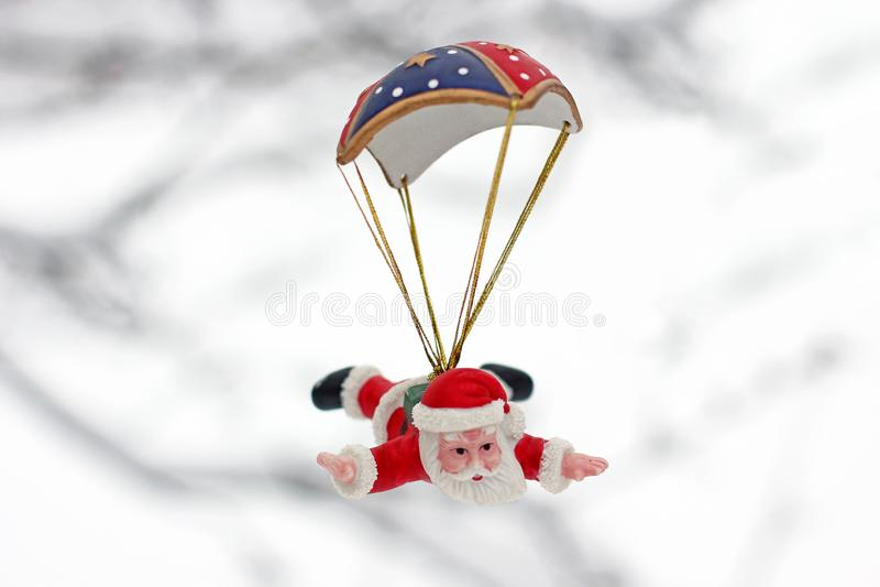claus santa En toy p? entree med porslin Jultomte och gran - tree Julgranleksak Julgranleksak i wintergardenen