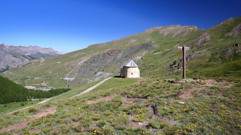 Clausis kaplica blisko do Świątobliwego Veran, przegapia dolinnego Aigle Blanche zdjęcia stock