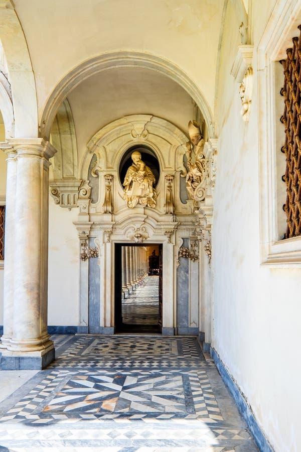 Claustro bonito de San Martino Certosa di San Martino ou chartreuse de Saint Martin na primavera, Nápoles, Itália fotos de stock royalty free
