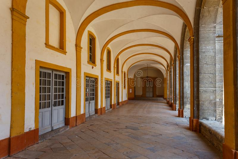 Claustro da abadia de Cluny, França foto de stock