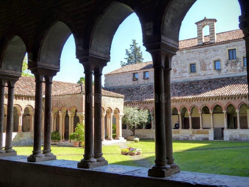 Claustro da basílica de San Zeno Maggiore em Verona, Itália fotos de stock