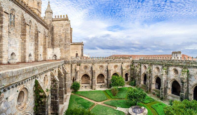 Claustro de la catedral de Evora, la catedral más grande de Portugal fotos de archivo libres de regalías