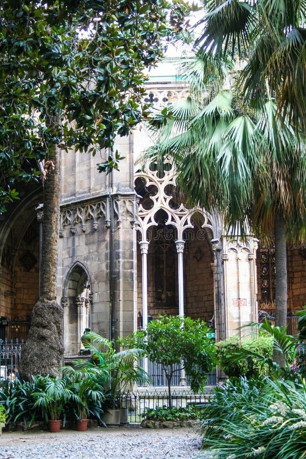Claustro de la catedral en el gotico del barrio hispano en Barcelona imagen de archivo