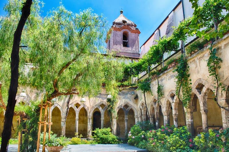Claustro de la iglesia de Assisi del ` de San Francisco d en Sorrento, Italia fotos de archivo