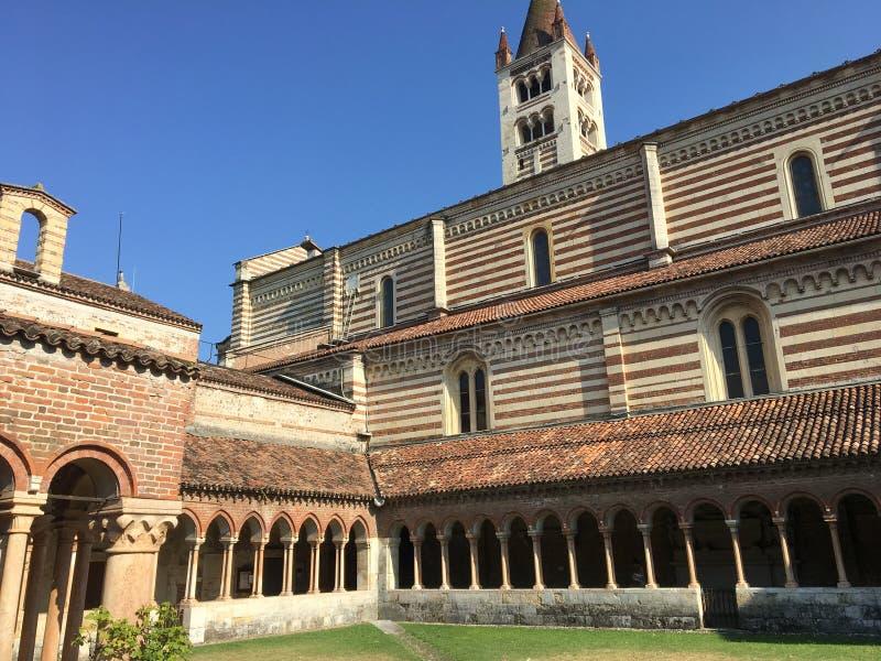 Claustro de la iglesia de San Zeno Maggiore Basilica, Verona, sitio del patrimonio mundial de la UNESCO, Véneto, Italia, fotos de archivo
