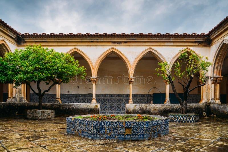 Claustro del cementerio, para el entierro del caballero, en el convento de Cristo - Tomar, Portugal - referencia del sitio del pa foto de archivo