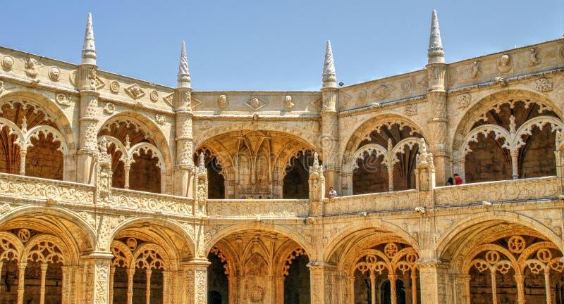 Claustro del monasterio de Jeronimos en Lisboa fotografía de archivo