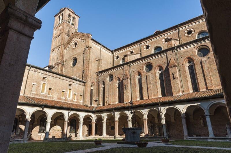 Claustro do tempio San Lorenzo de San Lorenzo Church, um lugar de culto católico em Vicenza, construído no estilo gótico - Vicenz foto de stock royalty free