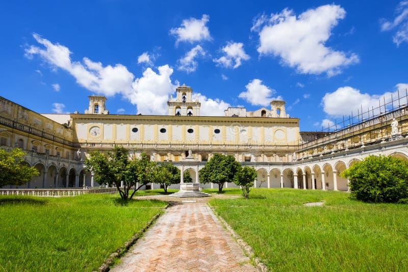 Claustro e jardins bonitos de San Martino Certosa di San Martino ou chartreuse de Saint Martin na primavera, Nápoles, Itália fotos de stock