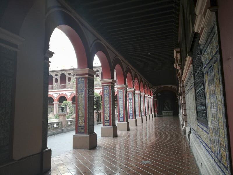 Claustro en el convento de Santo Domingo, Lima, Per? imágenes de archivo libres de regalías