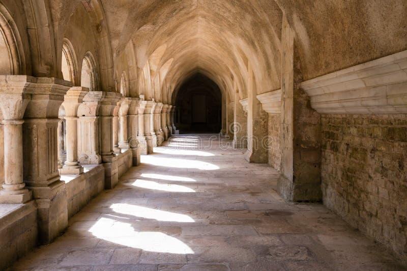 Claustro en la abadía de Fontenay foto de archivo