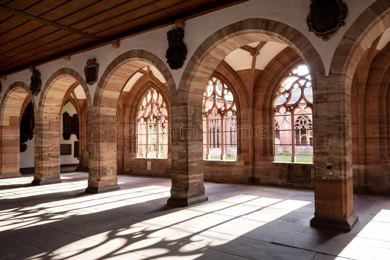 Claustro en la catedral de Basilea, Suiza fotografía de archivo
