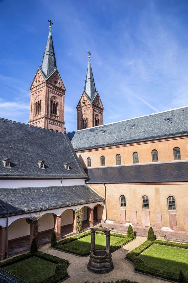 Claustro famoso do licor beneditino em Seligenstadt, Alemanha imagens de stock