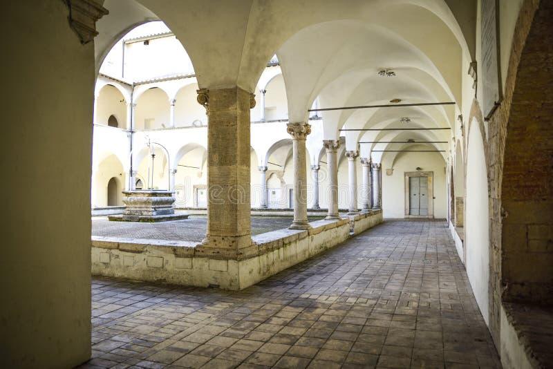 Claustro Franciscan antigo com colunas e capitais em Corinth imagens de stock royalty free