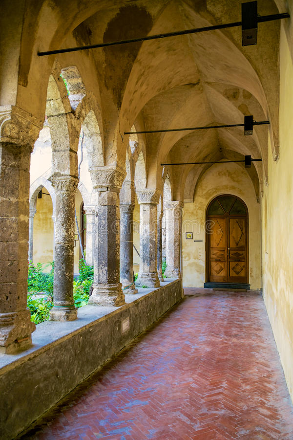 Claustro gótico antigo em Sorrento imagens de stock royalty free