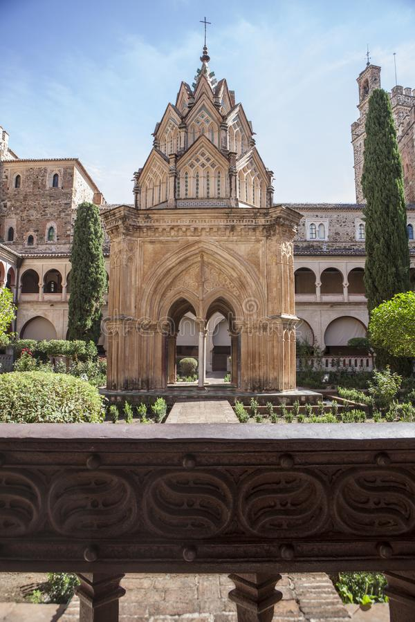 Claustro Mudejar de Guadalupe Monastery Detalhe da porta da cerca do ferro foto de stock